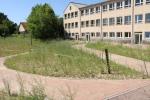 Schule - fertiggestellter Außenbereich mit Terrasse