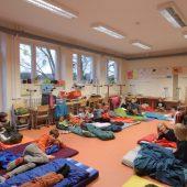 21 Kinder übernachten in der Schule